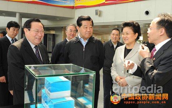 中共中央政治局常委、全国政协主席贾庆林19日上午参观了生物芯片北京国家工程研究中心暨博奥生物有限公司。 张海霞 摄