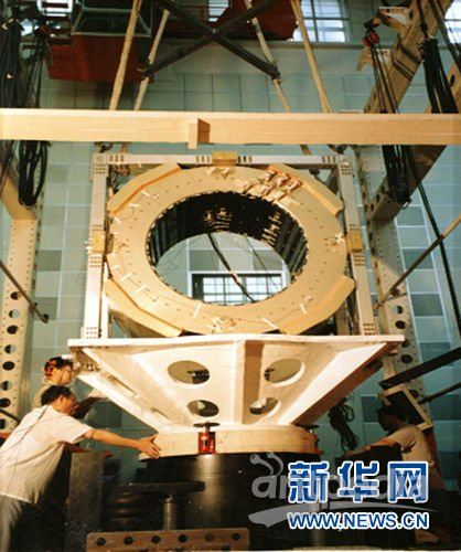 """5月16日,高精度粒子探测器""""阿尔法磁谱仪2""""搭乘美国""""奋进号""""航天飞机驶入寰宇。"""