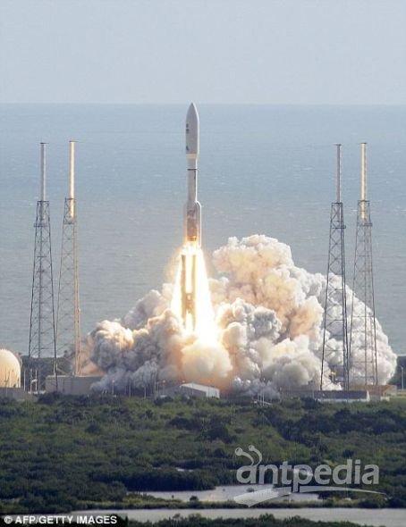 """26日,美国宇航局的""""好奇""""号火星车搭乘宇宙神5型火箭在佛罗里达州卡纳维拉尔角的41号发射架发射升空,奔赴红色星球"""